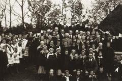 ksiadz_blaszczakiewicz_i_jan_pieniazek_w_otoczeniu_parafian